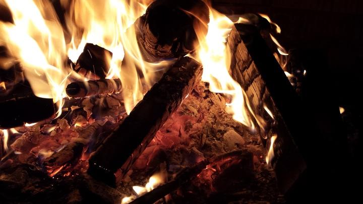 Fogata encendida en una acampada